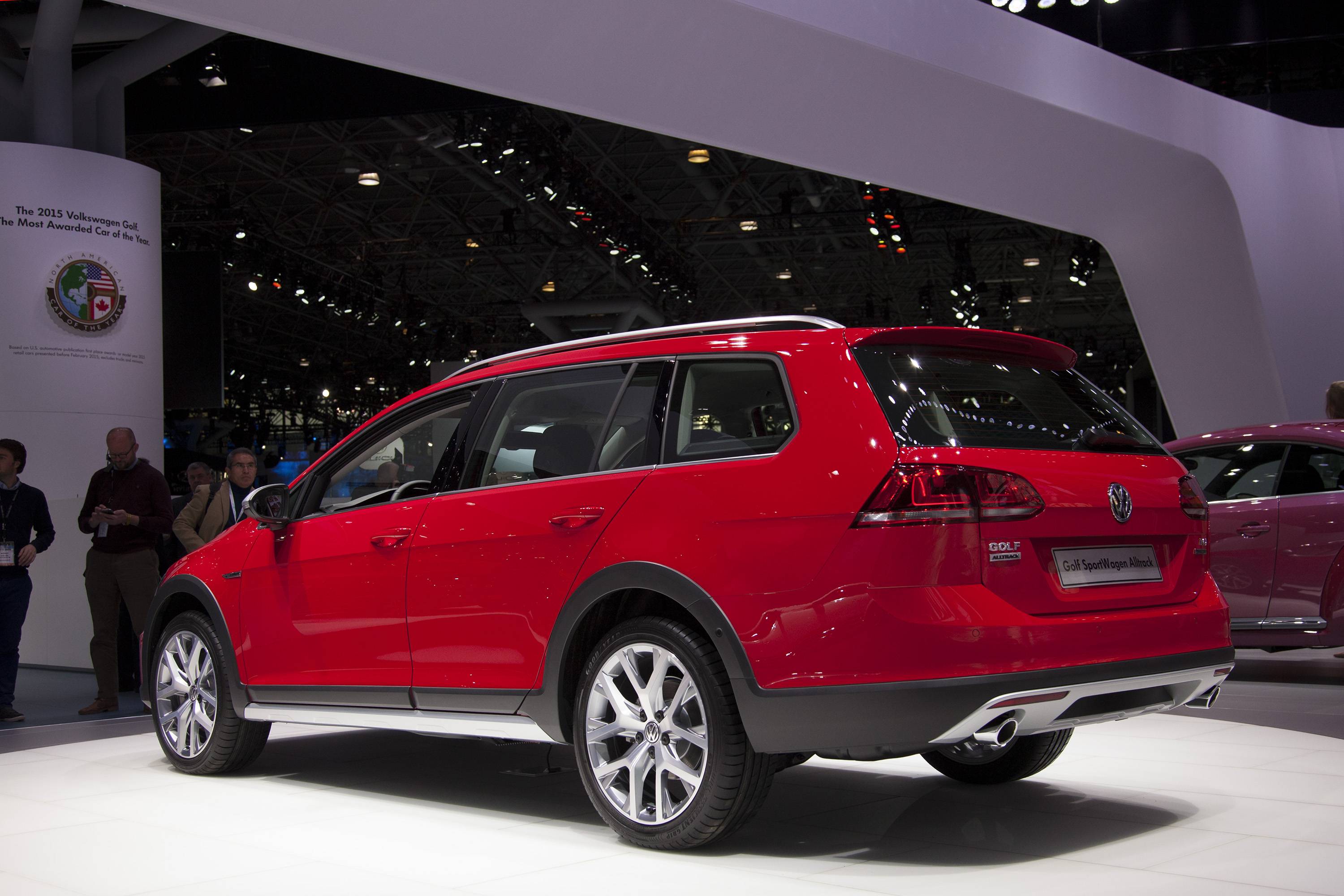 Volkswagen golf alltrack paris auto show car interior design for Garage volkswagen paris 15