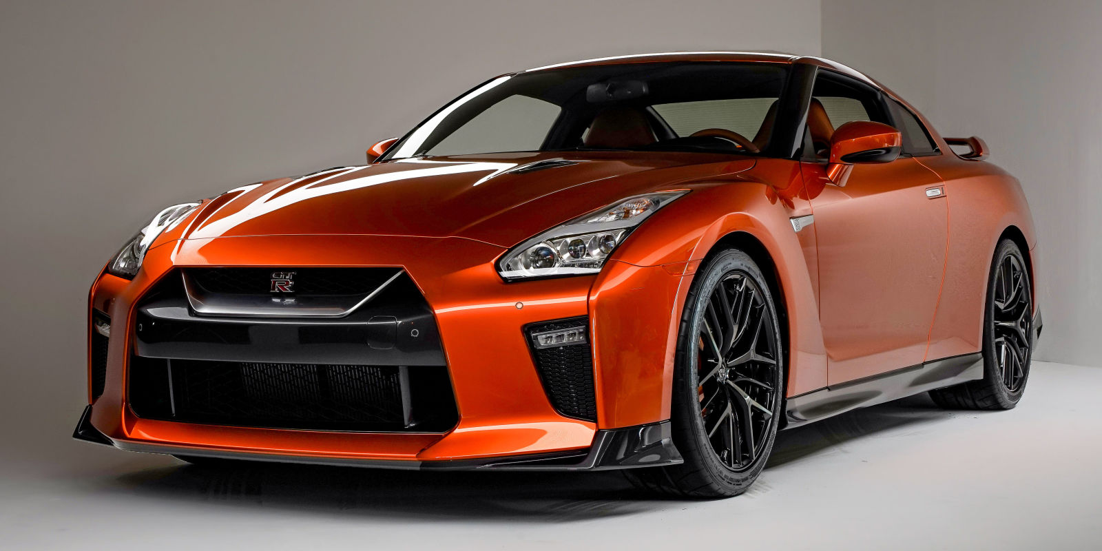 2017 nissan gt r an aging godzilla gets a new nose and 565 hp. Black Bedroom Furniture Sets. Home Design Ideas