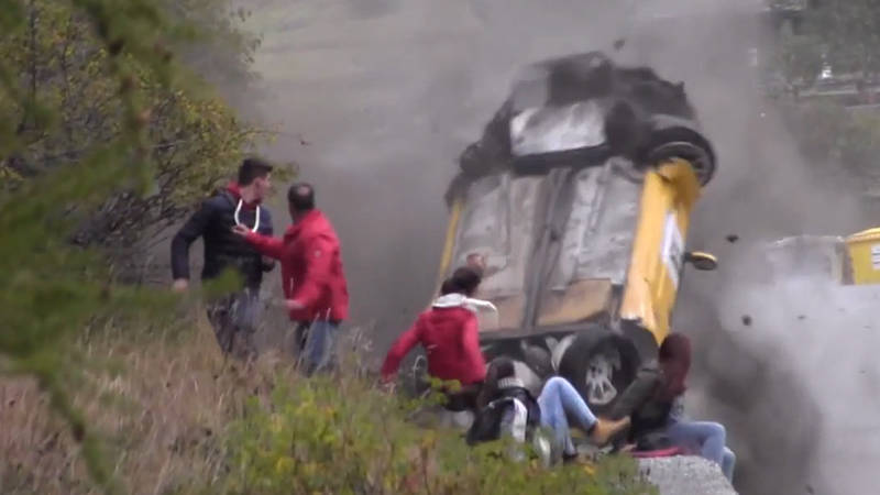 video incredible rally crash in italy spectators lucky to be alive. Black Bedroom Furniture Sets. Home Design Ideas